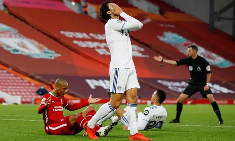 Rodrigo trở thành tội đồ với pha phạm lỗi trong cấm địa khi hiệp hai chỉ còn ba phút. Ảnh: Reuters.