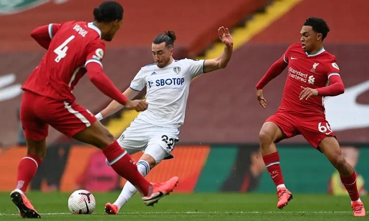 Harrison gỡ hòa cho Leeds bằng một tình huống độc diễn qua hai hậu vệ. Ảnh: AFP.