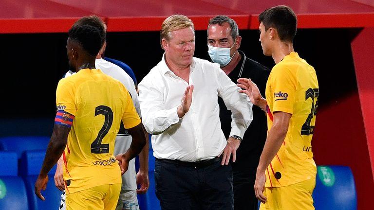 HLV Koeman bắt tay các cầu thủ Barca sau trận. Ảnh: Sky Sports.