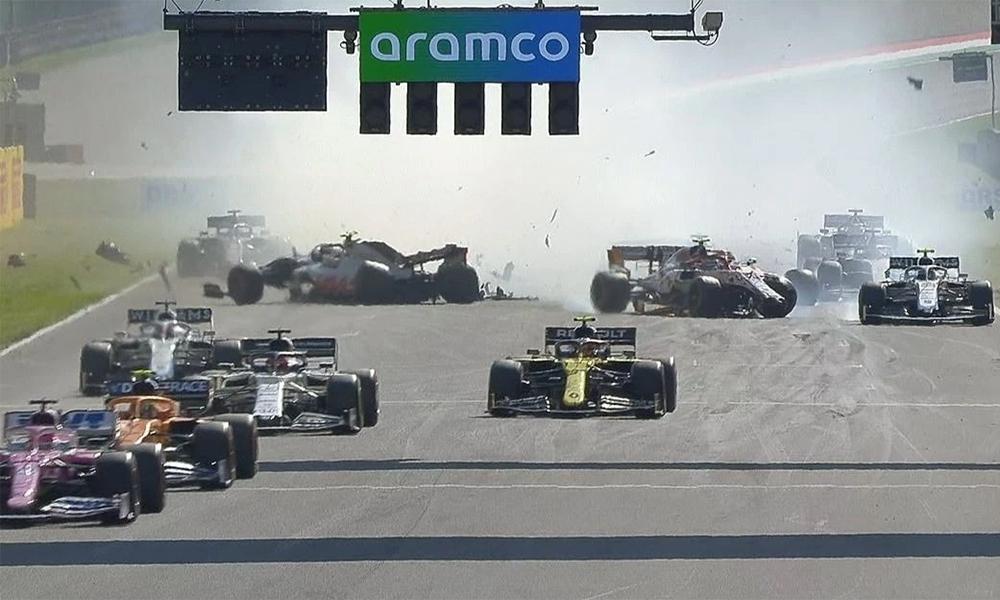 Hai sự cố va chạm mạnh khiến bảy chiếc xe phải sớm dừng cuộc chơi trên đường đua Mugello. Ảnh: AFP & Sky