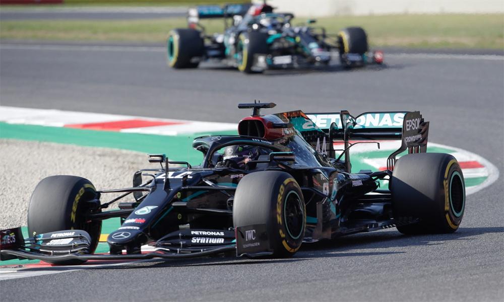Hamilton (số 44) và Bottas phía sau vẫn giúp Mercedes giành thắng lợi một hai tại Mugello. Ảnh: AP