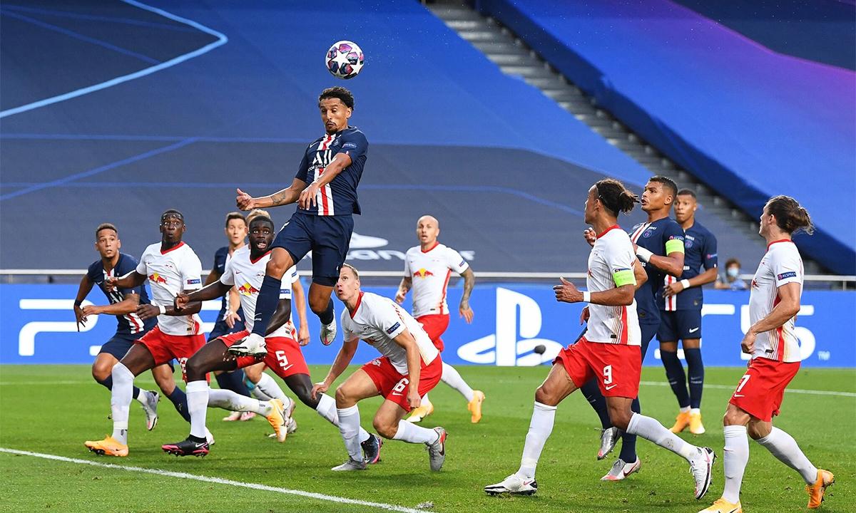 Marquinhos (nhảy cao nhất) ghi bàn mở tỷ số trong trận PSG thắng RB Leipzig 3-0 ở bán kết hôm 19/8. Ảnh: Pool