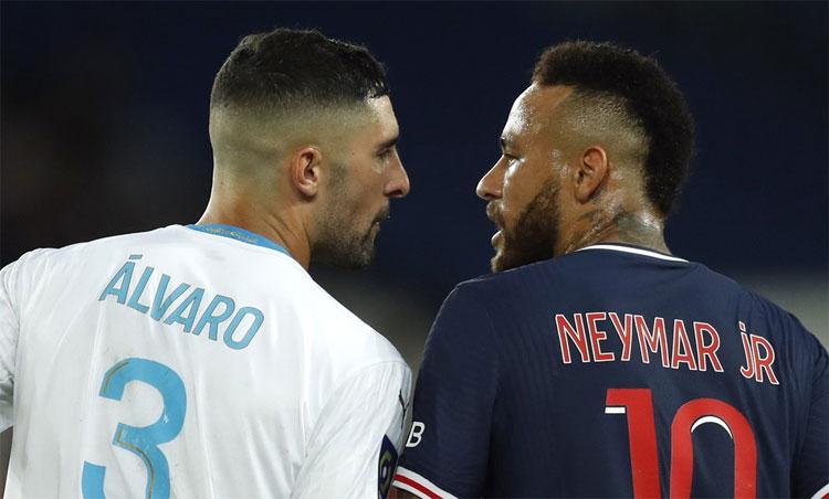 Alvaro Gonzalez và Neymar lời qua tiếng lại với nhau trong trận đấu. Ảnh: Reuters.
