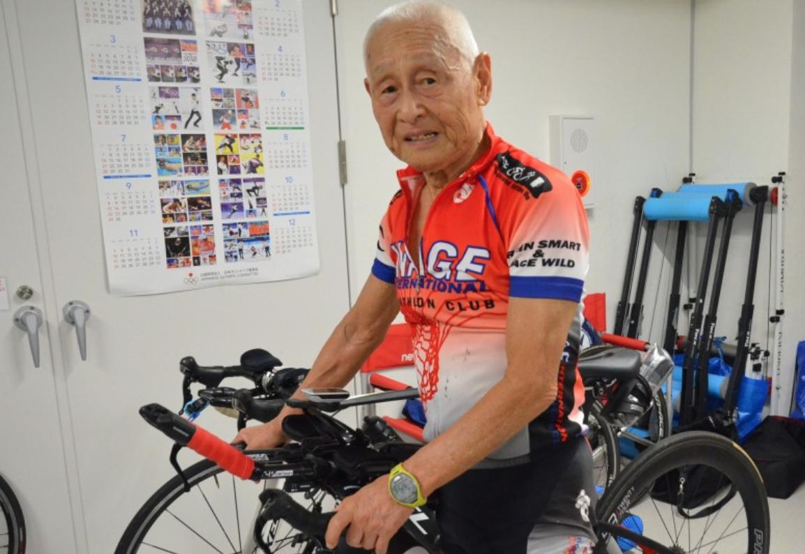 Inada chuẩn bị bài tập đạp xe trong phòng tập hồi tháng 3/2020. Với cụ ông 87 tuổi này, tuổi tác chỉ là con số. Ảnh: Kyodo