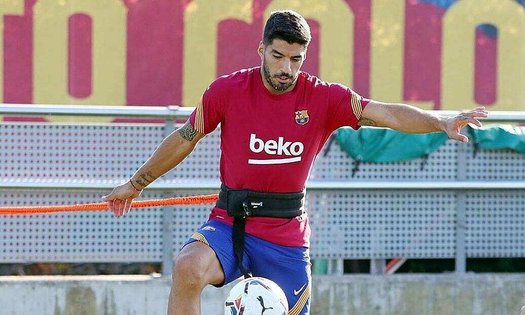 Suarez phải tập riêng để chờ ngày ra đi. Ảnh: FCB