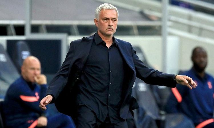 Mourinho không hài lòng với thái độ thi đấu của học trò ở trận thua Everton. Ảnh: Reuters.