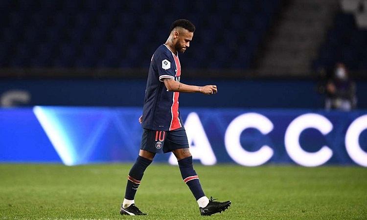 Neymar rời sân sau khi nhận thẻ đỏ ở trận đấu hôm 13/9. Ảnh: AFP.