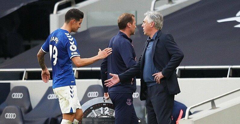 HLV Ancelotti bắt tay, sau khi thay James ở cuối trận Everton - Tottenham. Ảnh: Reuters.