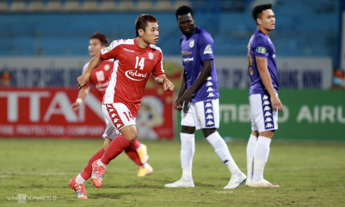 Văn Thuận (áo đỏ) ghi hai bàn trong hai trận liên tiếp cho TP HCM. Ảnh: Lâm Thỏa.