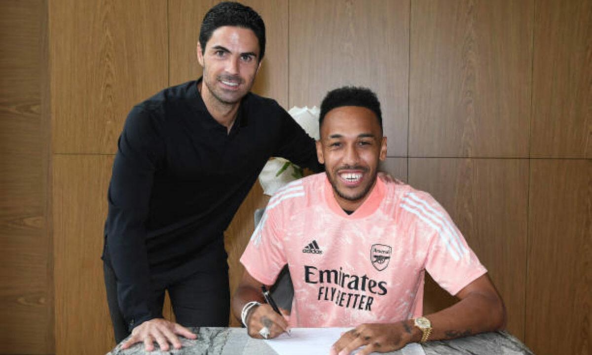 Aubameyang (phải) ký hợp đồng ba năm với Arsenal, đến năm 2023. Ảnh: AFC