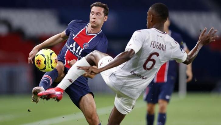 Draxler (trái) ghi bàn đầu tiên sau hai năm ở Ligue 1 và giúp PSG cắt mạch toàn thua. Ảnh: Reuters