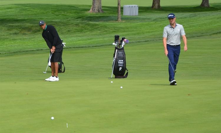 Tiger Woods (trái) luyện gạt bóng trên sân Tây Winged Foot hôm 15/7. Ảnh: Golfweek