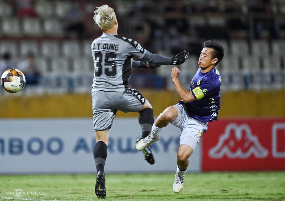 Văn Quyết đá bóng qua hông Tiến Dũng, mở tỷ số khi Hà Nội thắng TP HCM 5-1 trên sân Hàng Đẫy ngày 16/9. Ảnh: Giang Huy