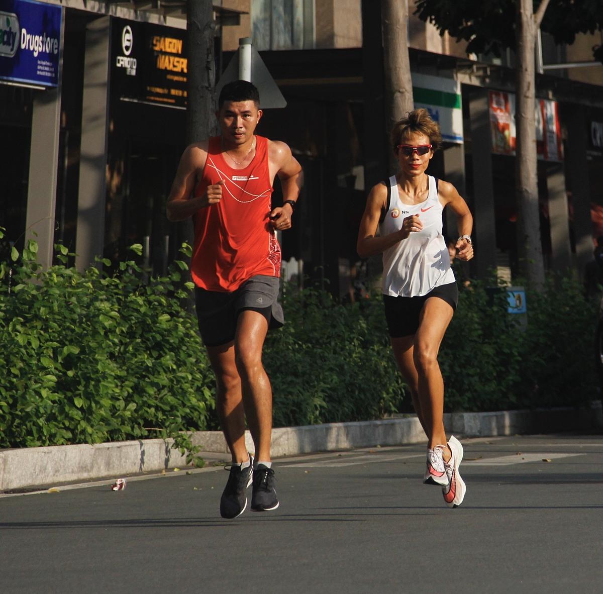 Phạm Anh tập chạy với huấn luyện viên Tiểu Phương (áo trắng)