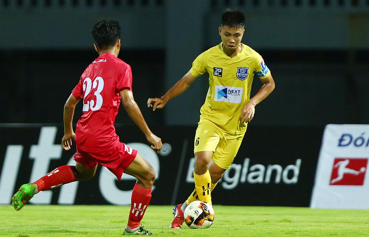 Các học viên Nutifood JMG (áo vàng) trình làng lứa cầu thủ chơi kỹ thuật và phối hợp nhuần nhuyễn nên dễ dàng thắng đậm Phú Yên. Ảnh: VFF.