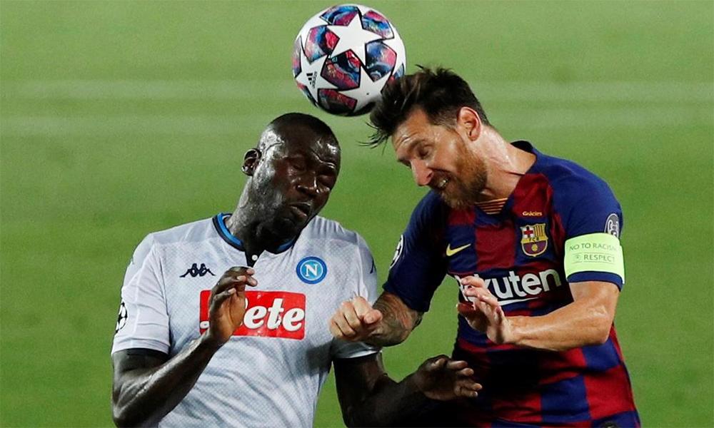 Koulibaly (trái) tranh bóng với Messi trong trận lượt về vòng 1/8 Champions League hồi tháng Tám. Nếu tuyển mộ được trung vệ này, Man Utd sẽ yên tâm hơn với chất lượng phòng ngự. Ảnh: Reuters.