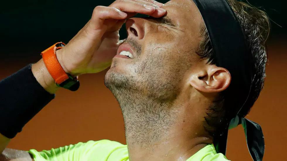 Nadal thất vọng sau một pha đánh hỏng trong trận gặp Schwartzman. Ảnh: AFP.