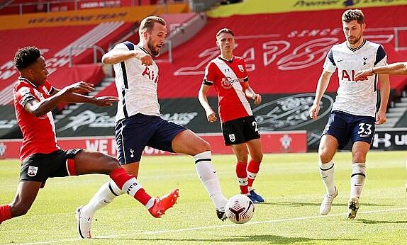 Kane (thứ hai từ trái sang) đệm bóng vào lưới trống. Ảnh: Reuters