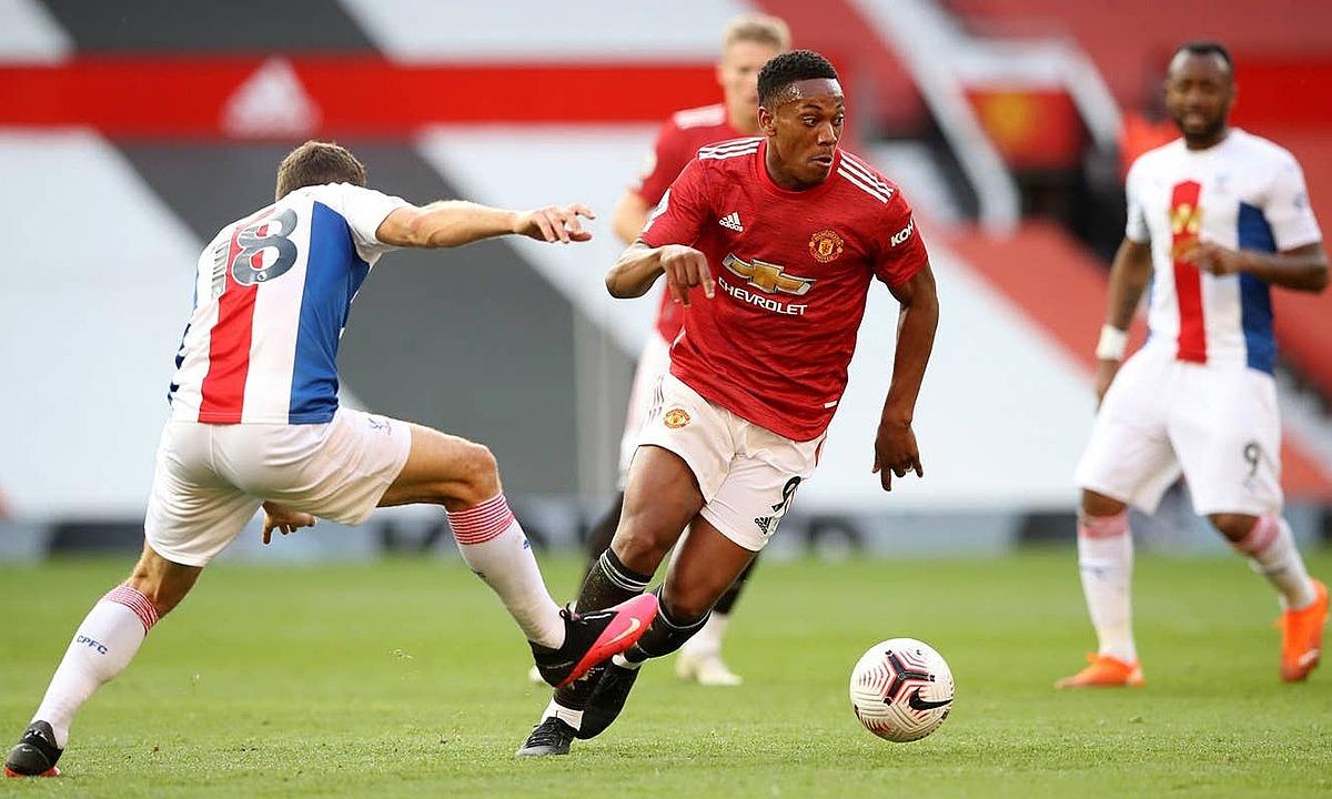 Man Utd (áo đỏ) chơi dưới sức và thua đậm Crystal Palace. Ảnh: PA
