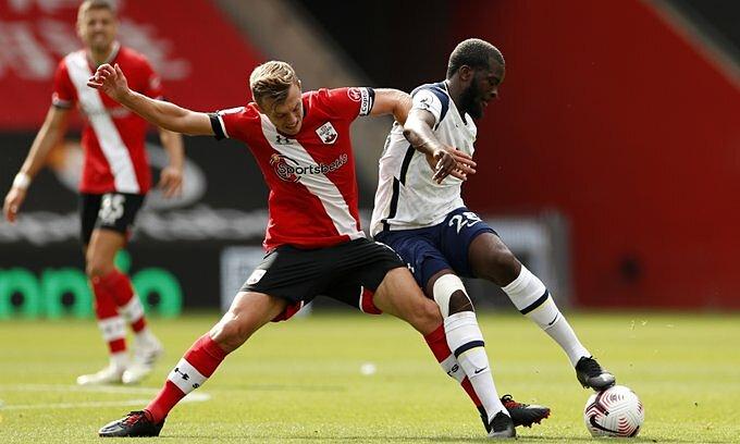 Ndombele (phải) che chắn và xoay người khéo léo dẫn tới bàn gỡ hòa 1-1 của Tottenham.