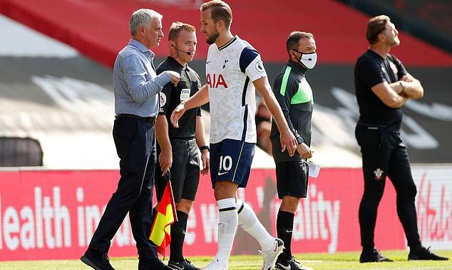 Mourinho (trái) chúc mừng Kane sau khi rút anh khỏi sân vào cuối trận. Ảnh: Reuters.