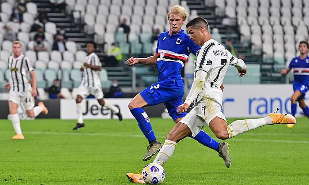 Ronaldo chơi năng nổ, hoạt động rộng trong trận mở màn mùa giải mới. Ảnh: AFP.
