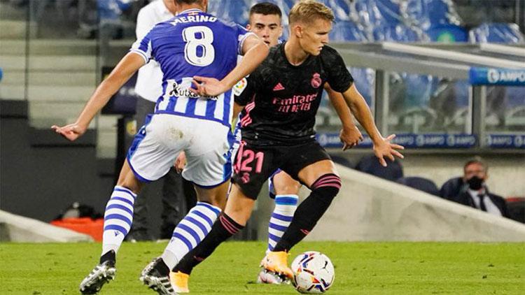 Odegaard (áo đen) đối mặt Sociedad ngay trận đầu trở lại Real. Ảnh: EFE.