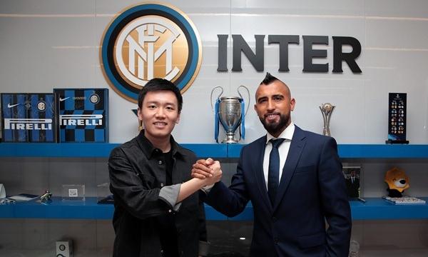 Vidal (phải) là tân binh thứ tư của Inter trong hè 2020, sau Vagiannidis, Kolarov và Males. Ảnh: Inter FC.