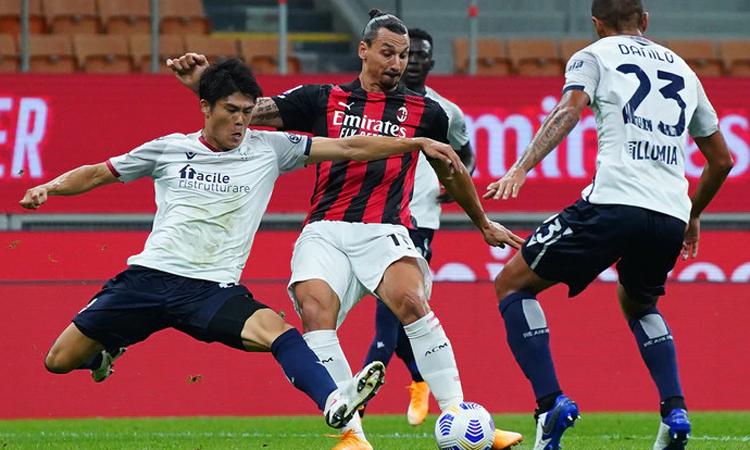 Ibrahimovic suýt ghi bàn với cú đặt lòng ở phút 12 trong trận Milan - Bologna trên sân San Siro hôm 21/9. Ảnh: LaPresse