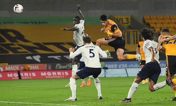 Pha đánh đầu ghi bàn của Jimenez khiến trận đấu căng thẳng hơn ở những phút cuối. Ảnh: Reuters.
