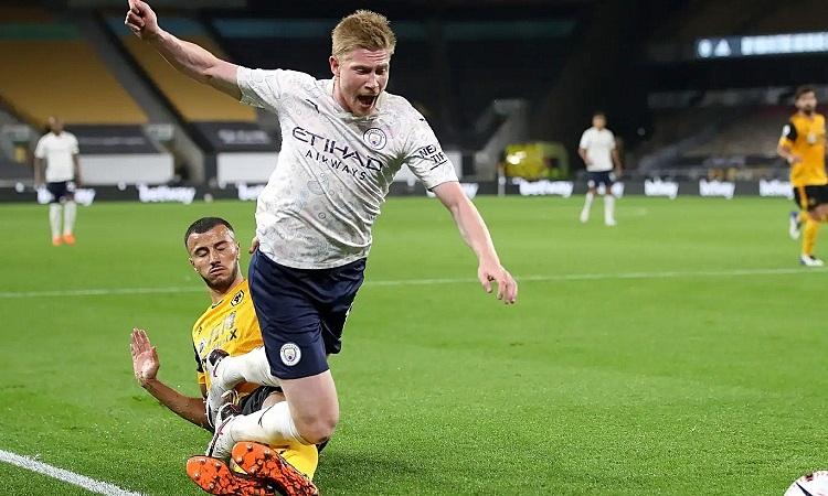 Saiss phạm lỗi với De Bruyne, khiến Wolves bị phạt đền. Ảnh: PA.