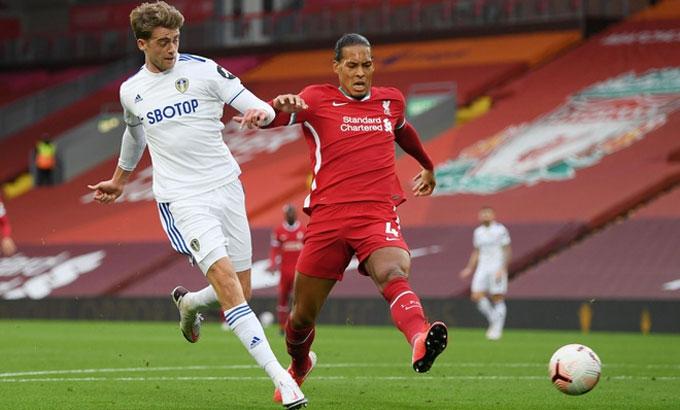 Van Dijk (áo đỏ) mắc lỗi trong trận thắng Leeds ở ngày mở màn Ngoại hạng Anh 2020-2021. Ảnh: Reuters.