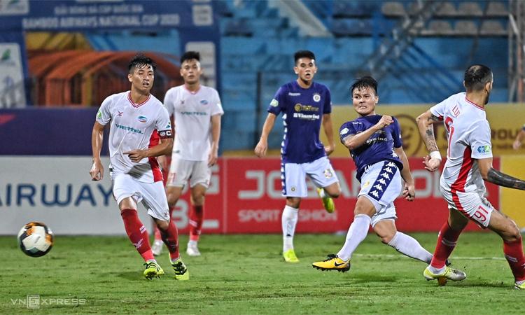 Quang Hải bắt vô-lê ghi bàn ấn định thắng lợi 2-1 cho Hà Nội trước Viettel trong trận chung kết Cup Quốc gia trên sân Hàng Đẫy, Hà Nội hôm 20/9. Ảnh: Giang Huy
