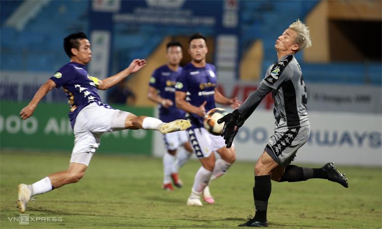 Bùi Tiền Dũng (phải) trong tình huống mắc lỗi phán đoán, dẫn đến bàn thua đầu tiên trong trận TP HCM thua Hà Nội 1-5 ở bán kết Cup Quốc gia. Ảnh: Lâm Thỏa