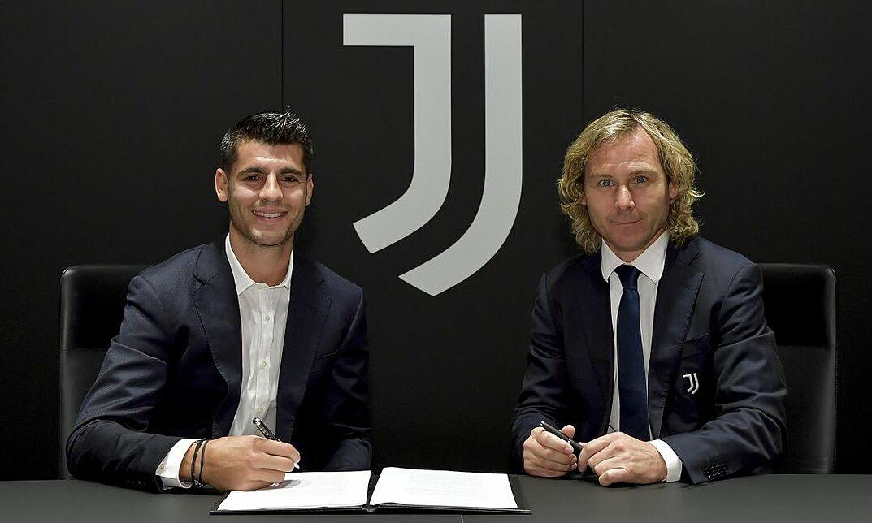 Morata (trái) ký hợp đồng cùng Phó chủ tịch Juventus - Pavel Nedved. Ảnh: Juventus.com