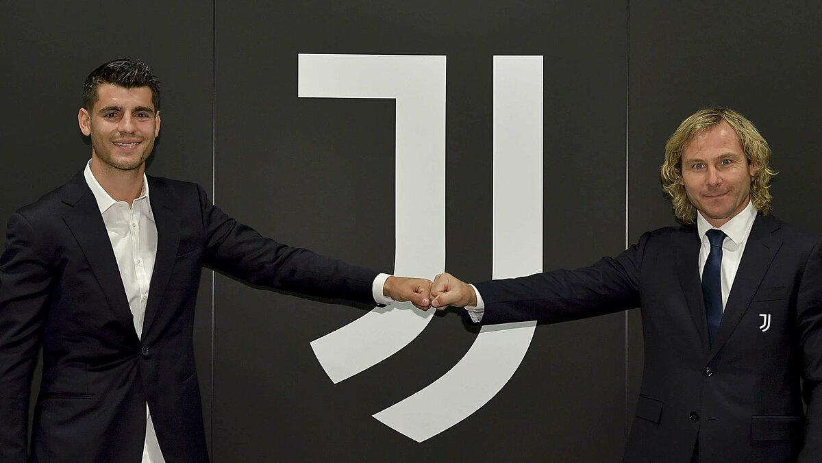 Morata ra mắt cùng phó Chủ tịch Juventus Pavel Nedved hôm 22/9, sau khi hoàn tất vụ chuyển nhượng từ Atletico Madrid. Ảnh: Juventus