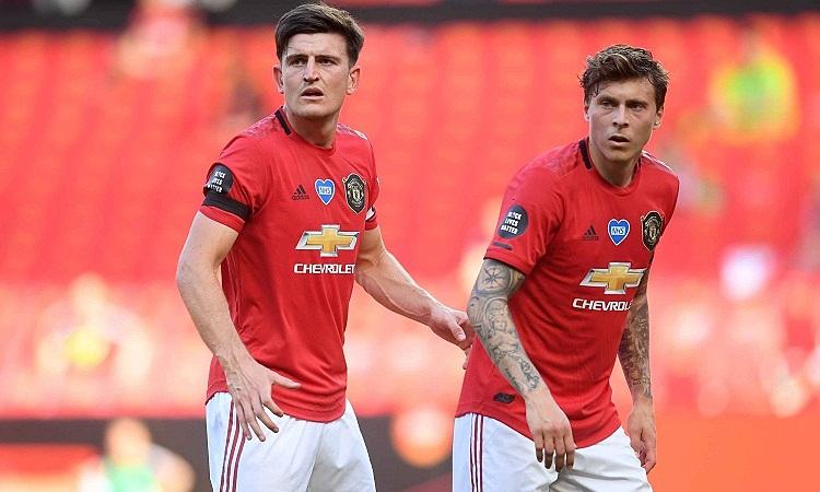 Man Utd được khuyên mua thêm một trung vệ đẳng cấp để chia lửa với Maguire và Lindelof. Ảnh: Reuters.