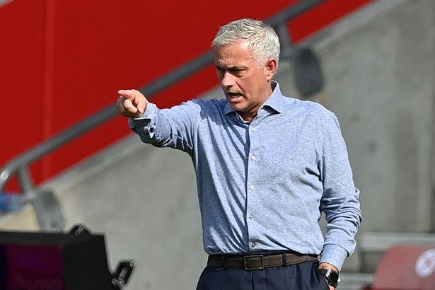 Mourinho chỉ đạo các cầu thủ Tottenham trong trận thắng Southampton ở Ngoại hạng Anh tuần trước. Ảnh: AFP.