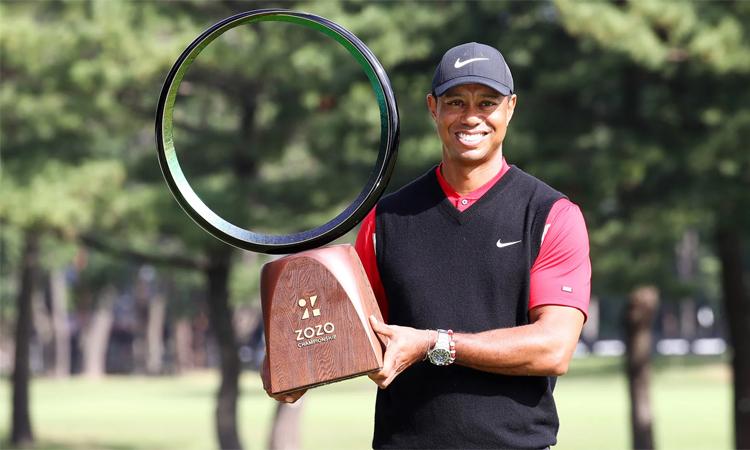 Tiger Woods nâng cúp Zozo Championship hôm 27/10/2019. Ảnh: PGA Tour