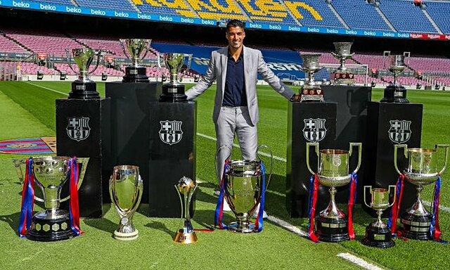 Suarez với những danh hiệu đoạt được cùng Barca. Ảnh: FCB