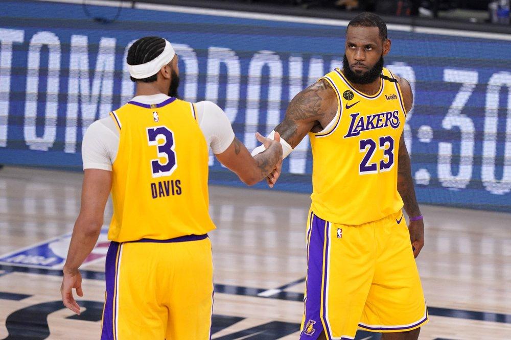 Bộ đôi James (phải) – Davis đóng góp tổng cộng 60 điểm trong chiến thắng của Lakers. Ảnh: AP.
