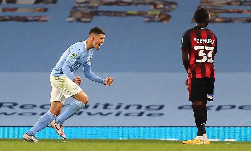 Foden (trái) mừng bàn ấn định tỷ số 2-1 cho Man City. Ảnh: REX.