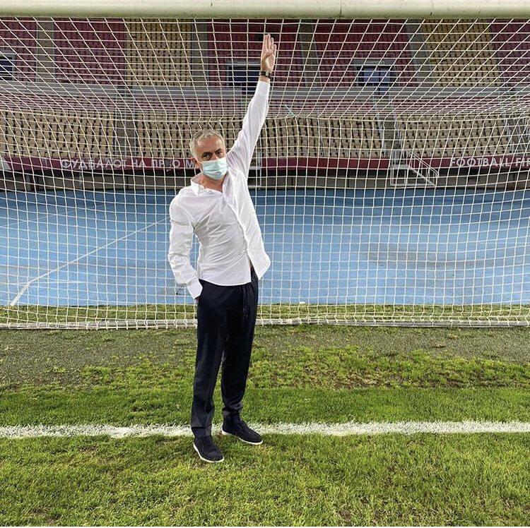 Mourinho kiểm tra cầu môn trên sân Shkendija trước trận đấu ở vòng loại thứ ba Europa League trên sân Toše Proeski hôm 24/9. Ảnh: Instagram / Jose Mourinho