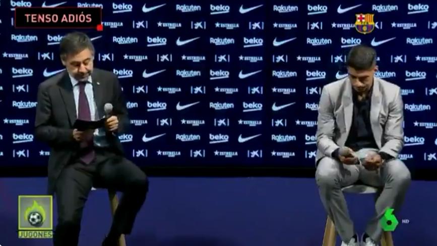 Suarez (phải) và Bartomeu không chạm vào nhau trong họp báo. Ảnh chụp màn hình
