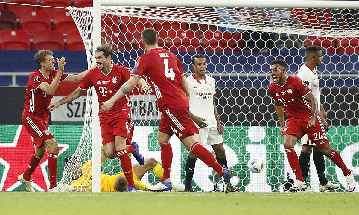 Javi Martinez (đứng thứ hai từ trái sang) mừng bàn thắng ấn định thắng lợi 2-1 cho Bayern ở hiệp phụ một trận Siêu Cup châu Âu tối 24/9. Ảnh: Reuters