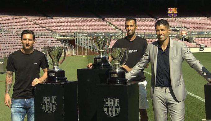 Suarez chụp ảnh cùng Messi (trái) và Busquets (giữa) trên sân Camp Nou. Ảnh chụp màn hình