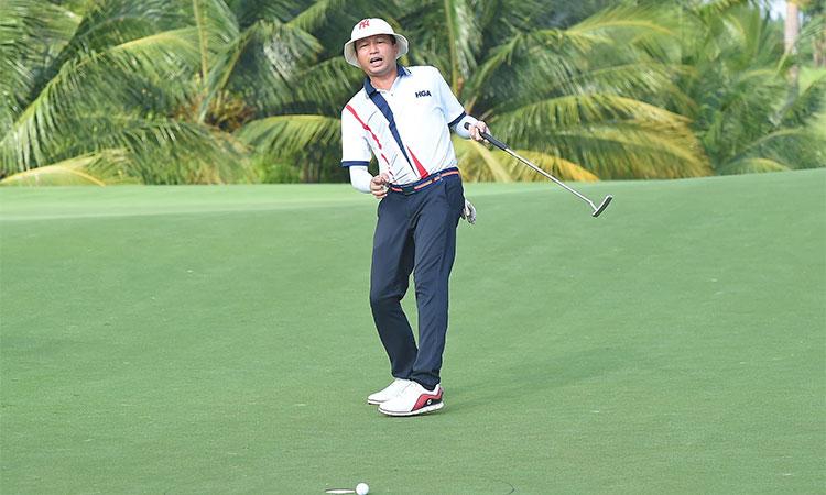 Vẻ tiếc nuối của golfer sau pha putt sượt miệng hố tại SFL 2020. Ảnh: HGA