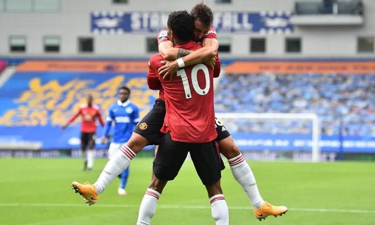 Rashford chia vui với Fernandes sau khi ghi bàn, giúp Man Utd dẫn 2-1. Ảnh: EPA.