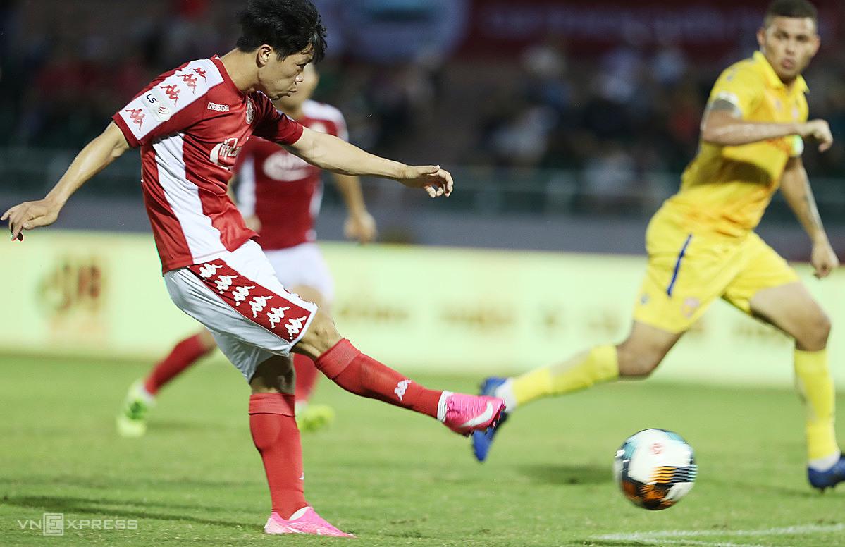 Công Phượng toả sáng với hai bàn thắng khi V-League trở lại sau thời gian dài nghỉ vì Covid-19. Ảnh: Đức Đồng.