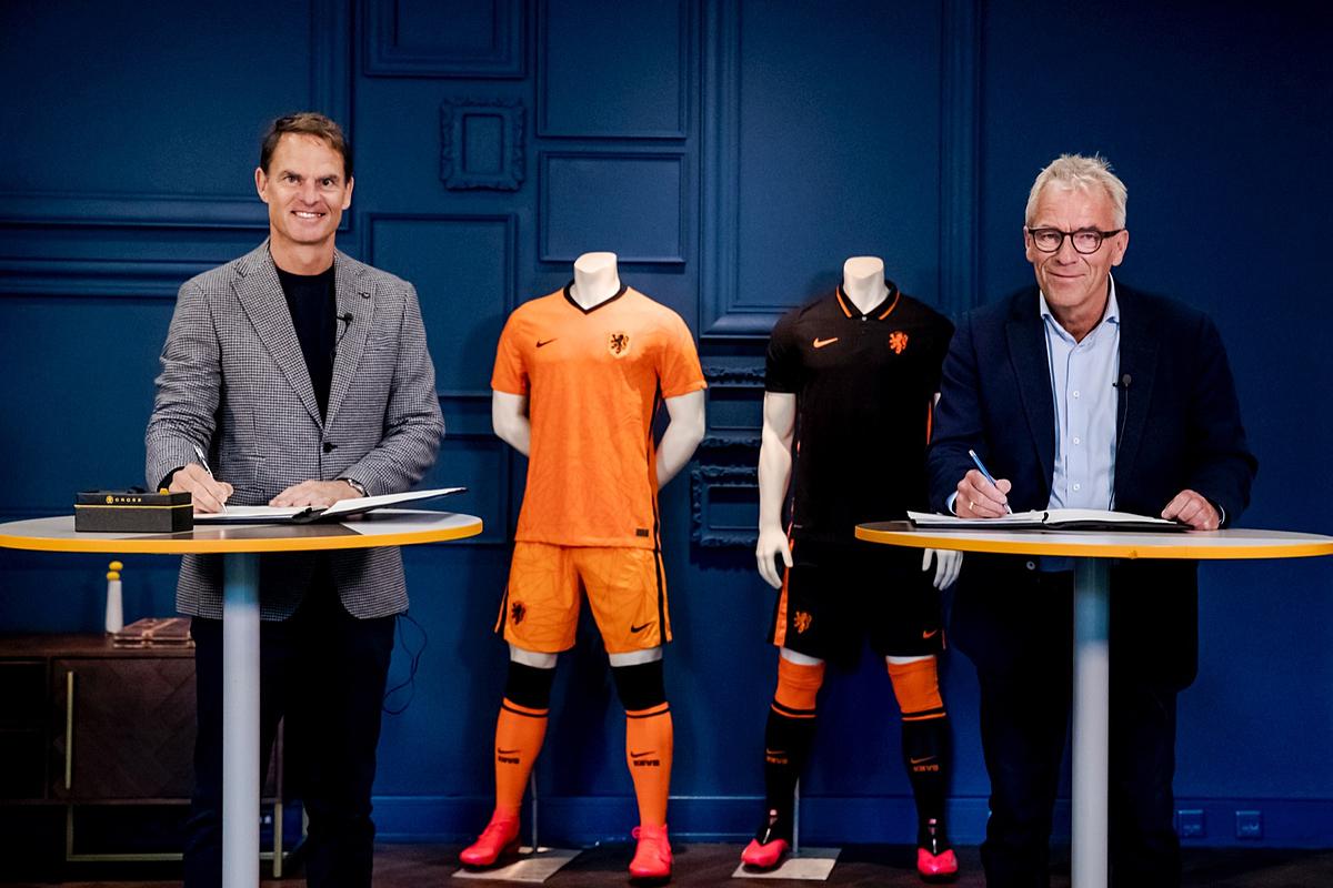 Frank de Boer (trái) trong lễ ký hợp đồng với LĐBĐ Hà Lan (KNVB) hôm 25/9. Ảnh: KNVB